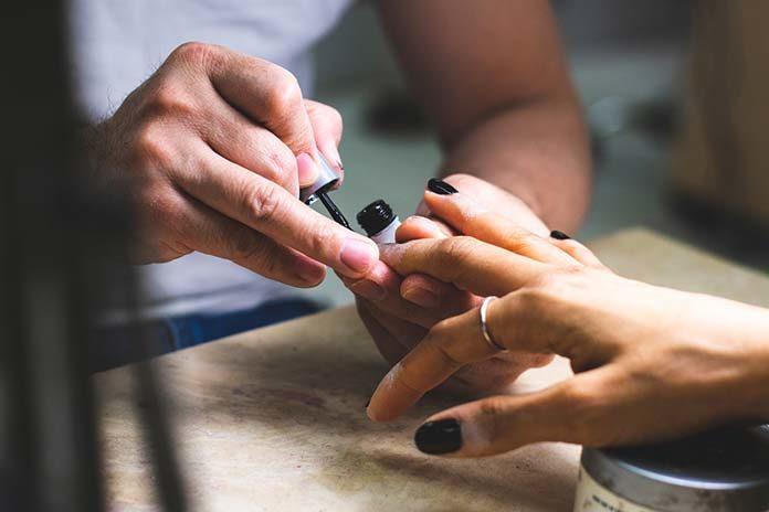 Jak dbać o paznokcie w sezonie wakacyjnym?